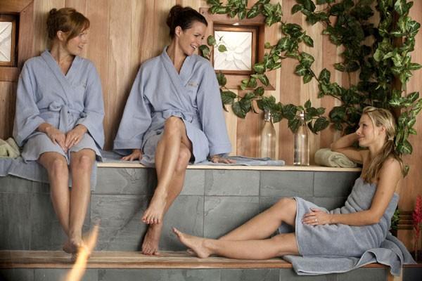 Malin Akerman, Kristin Davis e Kristen Bell  nel film L'isola delle coppie