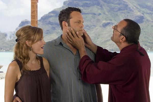 Malin Akerman, Vince Vaughn e Jean Reno nella commedia L'isola delle coppie (Couples Retreat)