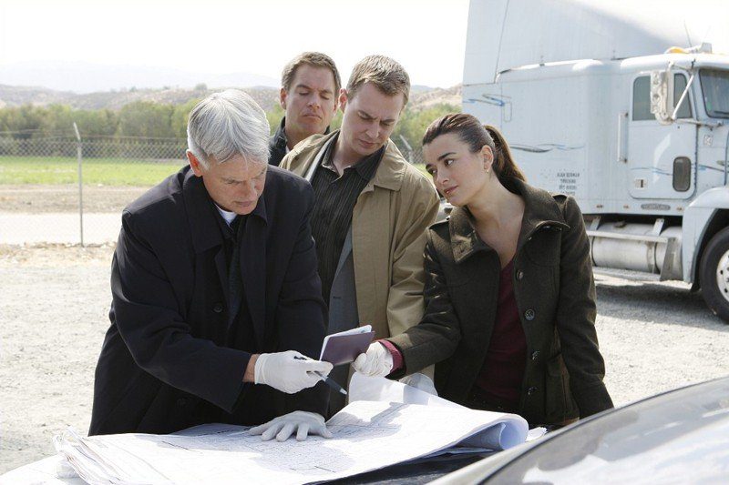Mark Harmon, Michael Weatherly, Sean Murray e Cote de Pablo nell'episodio Power Down di Navy NCIS