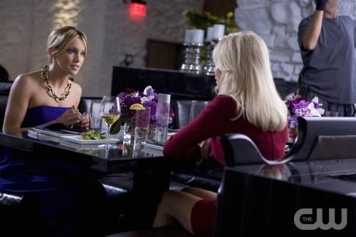 Melrose Place: Heather Locklear e Katie Cassidy in una scena dell'episodio Cahuenga
