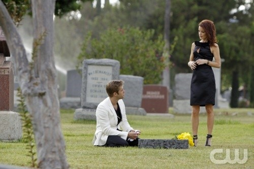 Melrose Place: Shaun Sipos e Laura Leighton in una scena dell'episodio Gower