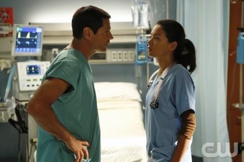 Melrose Place: Thomas Calabr e Stephanie Jacobsen in una scena dell'episodio Shoreline