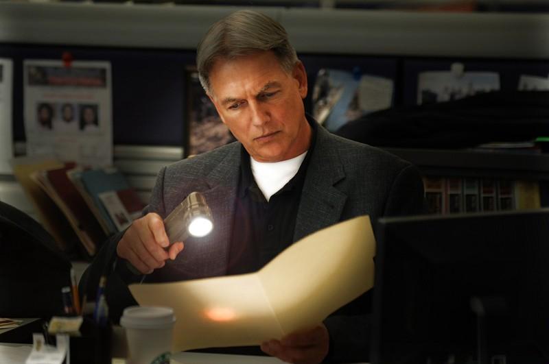 Una sequenza dell'episodio Power Down di Navy NCIS con l'Agente Gibbs (Mark Harmon)