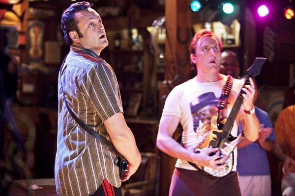 Vince Vaughn alle prese con Guitar Hero nel film L'isola delle coppie (Couples Retreat)