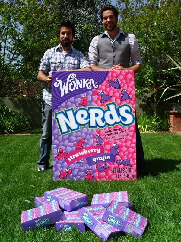 Zachary Levi e Joshua Gomez con le caramelle Wonka per salvare la serie della NBC, Chuck, dalla cancellazione, il 1 Maggio 2009