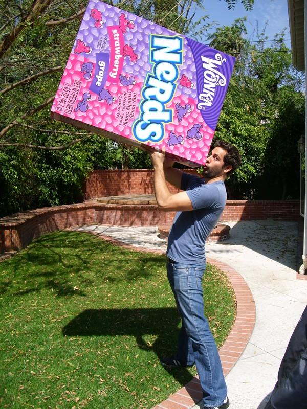 Zachary Levi finge di mangiare le caramelle Wonka per salvare la serie Chuck dalla cancellazione, il 1 Maggio 2009