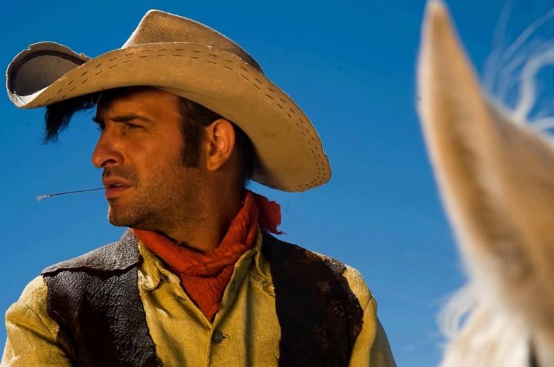 La classica posa di Lucky Luke (Jean Dujardin)