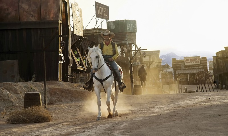 Lucky Luke (Jean Dujardin) e il suo inseparabile destriero Jolly Jumper in una scena del film Lucky Luke