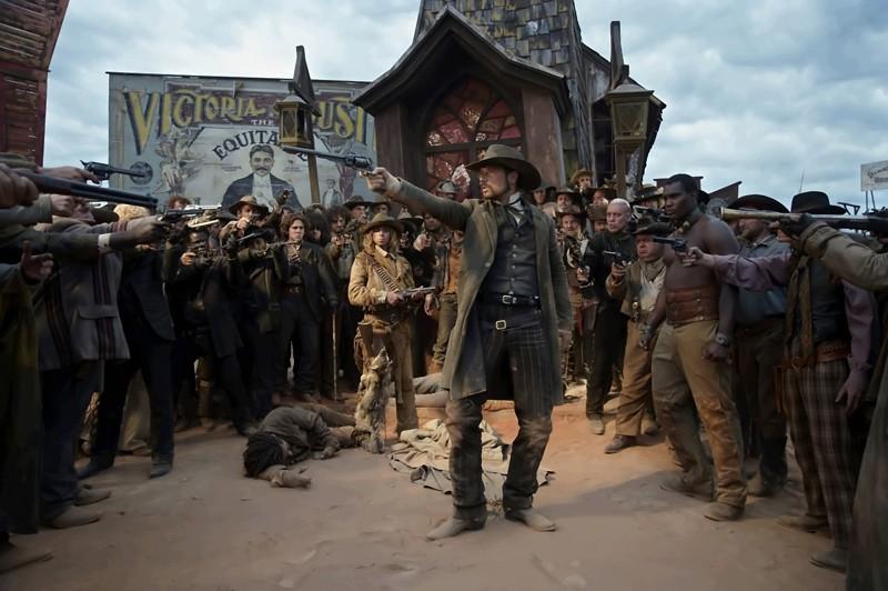 Melvil Poupaud è circondato in una scena del film Lucky Luke