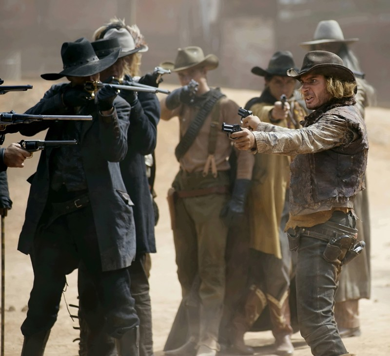 Michaël Youn è Billy The Kid in una scena d'azione del film Lucky Luke