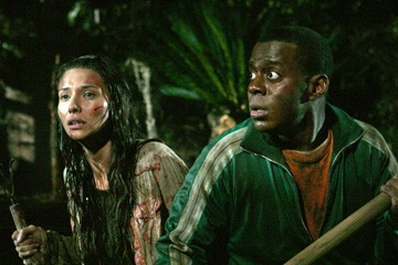 Tamara Feldman accanto a Deon Richmond in una scena dell'horror Hatchet