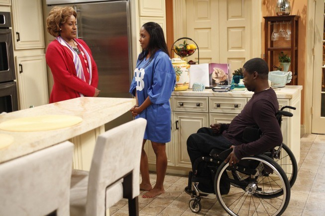 Brothers: CCH Pounder, Daryl Mitchell e Jazsmin Lewis nell'episodio House Rules - Anniversary