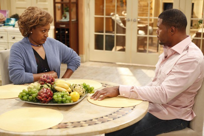 Brothers: CCH Pounder e Michael Strahan nell'episodio House Rules - Anniversary