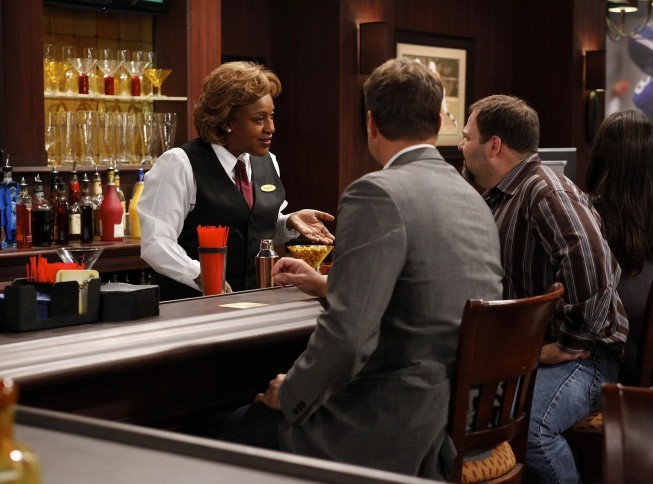 Brothers: CCH Pounder in una scena dell'episodio Mom at Bar/Train Buddy