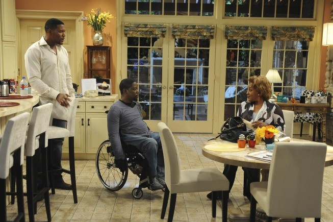 Brothers: CCH Pounder, Michael Strahan e Daryl Mitchell nell'episodio Mom at Bar/Train Buddy