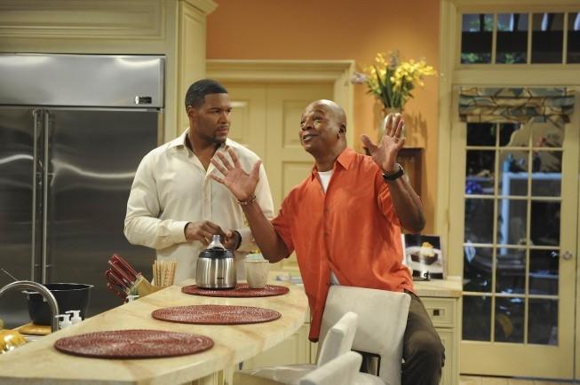Brothers: Michael Strahan e Daryl Mitchell in una scena dell'episodio Mom at Bar/Train Buddy