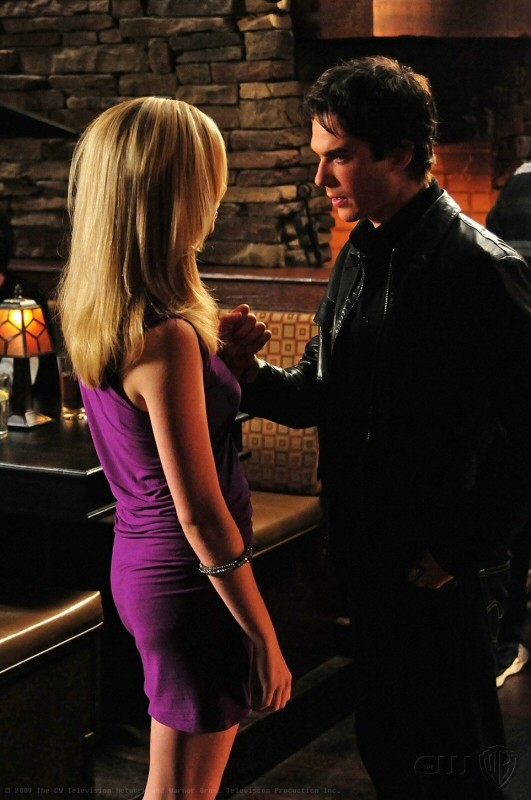 Damon (Ian Somerhalder) discute con Caroline (Candice Accola) nell'episodio 162 Candles di The Vampire Diaries