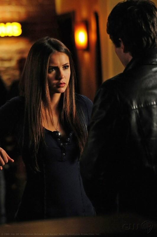 Elena (Nina Dobrev) in una sequenza dell'episodio 162 Candles di The Vampire Diaries