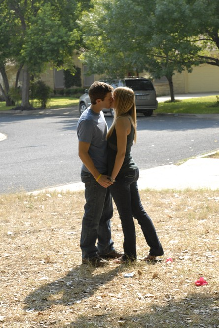 Friday Night Lights: Zach Gilford ed Aimee Teegarden e una scena dell'episodio East of Dillon