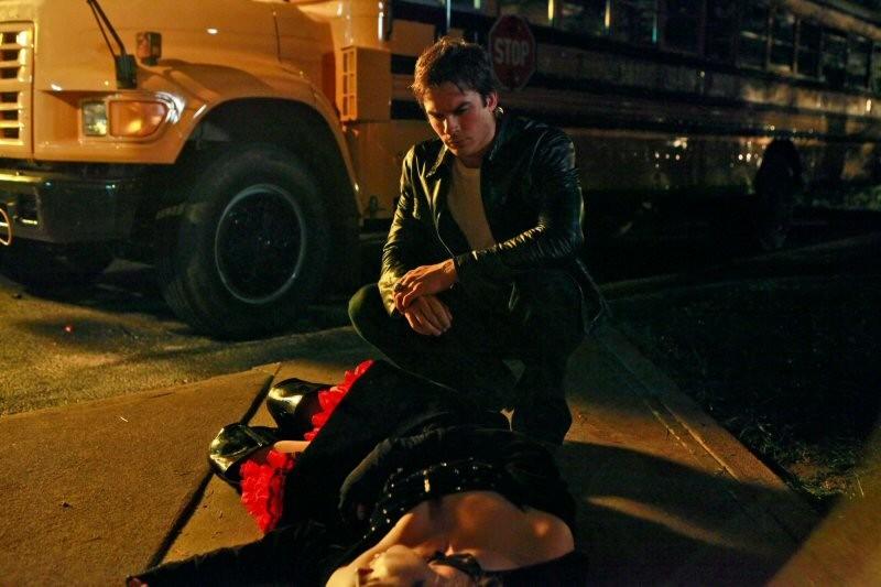 Ian Somerhalder guarda tristemente Kayla Ewell nell'episodio Haunted di The Vampire Diaries