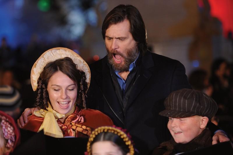 Jim Carrey durante una performance canora in occasione della premiere londinese di A Christmas Carol