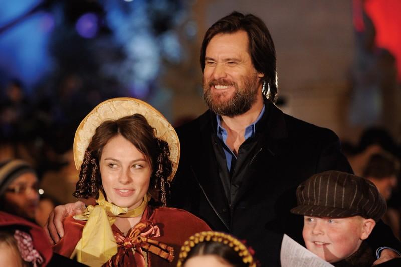 Jim Carrey durante una performance di canto alla premiere di A Christmas Carol