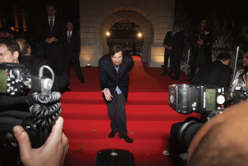 Jim Carrey saluta il pubblico in occasione della premiere londinese di A Christmas Carol