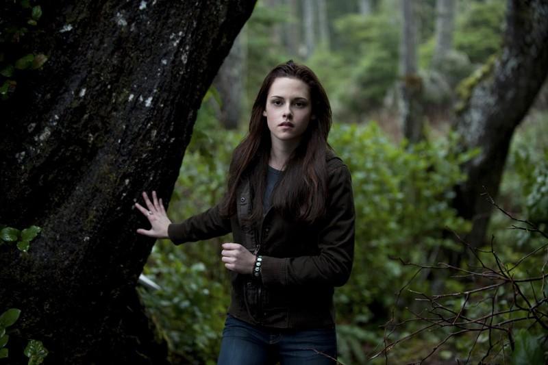 Kristen Stewart nel bosco in una scena del film Twilight: New Moon