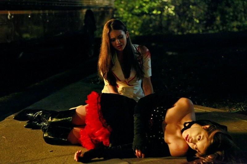 La drammatica fine della vampiresca Vicki (Kayla Ewell) nell'episodio Haunted di The Vampire Diaries