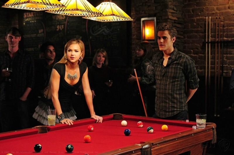 Lexie (Arielle Kebbel) e Stefan (Paul Wesley) al tavolo da biliardo nell'episodio 162 Candles di The Vampire Diaries