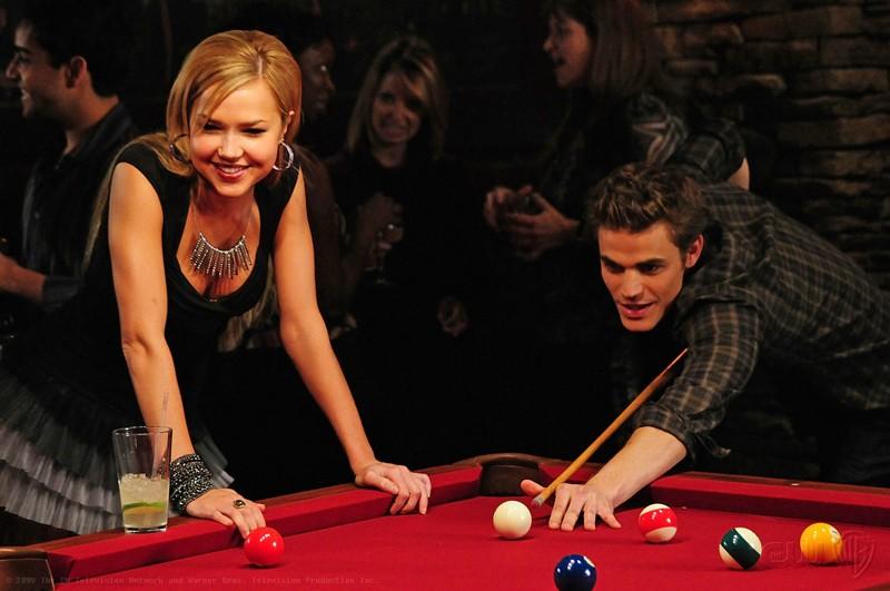 Stefan (Paul Wesley) gioca a biliardo con  al fianco Lexie (Arielle Kebbel) nell'episodio 162 Candles di The Vampire Diaries