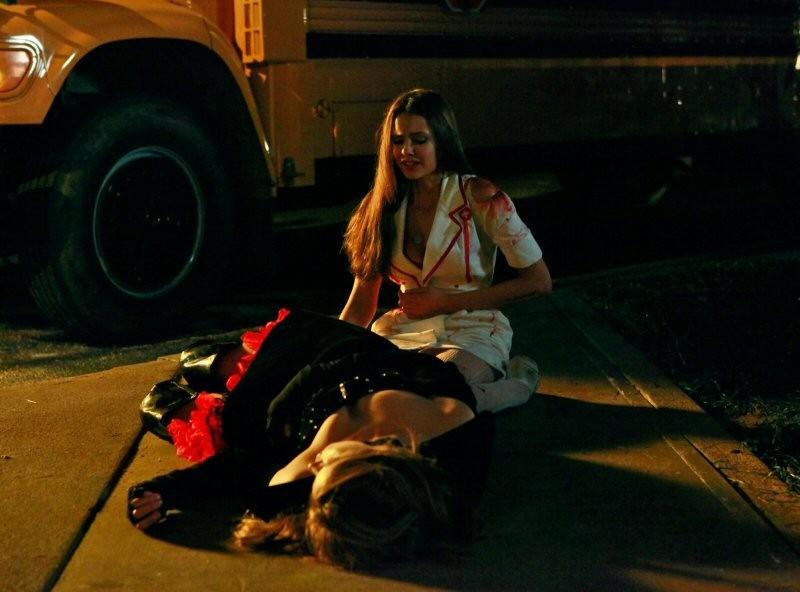 Una scena drammatica dell'episodio Haunted di The Vampire Diaries con Nina Dobrev e Kayla Ewell