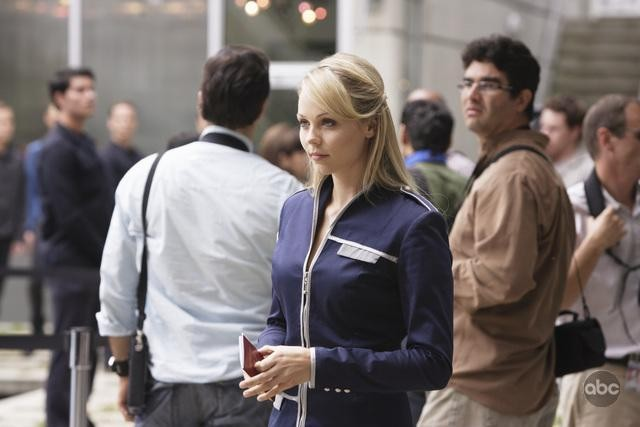 V: Laura Vandervoort in una scena dell'episodio A Bright New Day