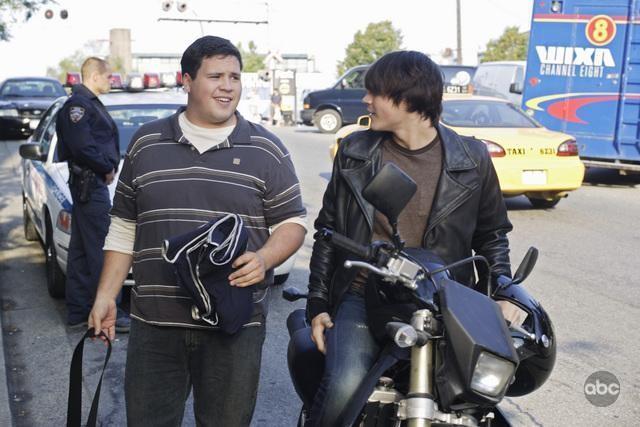 V: Logan Huffman e Jesse Wheeler in una scena dell'episodio A Bright New Day
