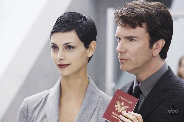 V: Morena Baccarin e Christopher Shyer nell'episodio A Bright New Day