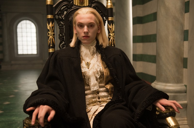 Caius (Jamie Campbell Bower)sul suo trono in un momento del film Twilight Saga: New Moon