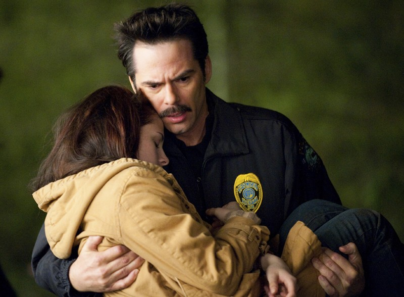 Charlie (Billy Burke) porta in braccio la figlia (Kristen Stewart) ritrovata, nel film The Twilight Saga: New Moon
