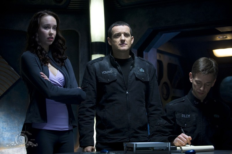 Chloe (Elyse Levesque), il Colonnello Young (Justin Louis) ed il Sergente Riley (Haig Sutherland) nell'episodio Earth di Stargate Universe