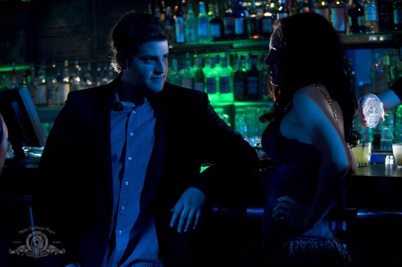 David Blue con una ragazza in un locale in una sequenza dell'episodio Earth di Stargate Universe