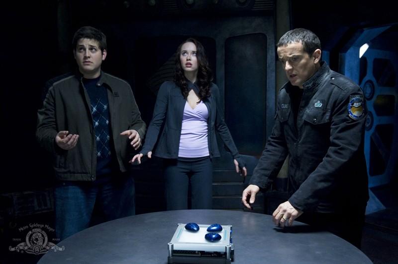 David Blue, Elyse Levesque e Justin Louis usano le pietre della comunicazione nell'episodio Earth di Stargate Universe