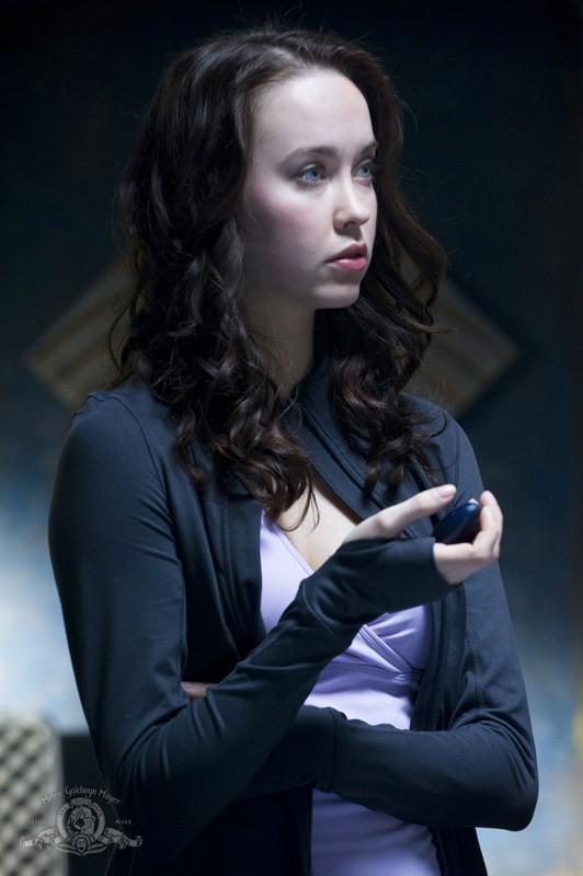 Elyse Levesque con in mano una pietra della comunicazione nell'episodio Earth di Stargate Universe