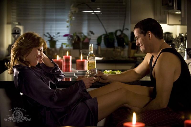Emily (Ona Grauer) e Everett (Justin Louis) brindano in una scena dell'episodio Earth di Stargate Universe