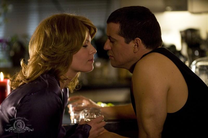 Emily (Ona Grauer) e Everett (Justin Louis) in una scena romantica dell'episodio Earth di Stargate Universe