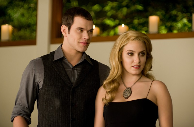 Emmett (Kellan Lutz) e Rosalie (Nikki Reed) in casa Cullen nel film The Twilight Saga: New Moon