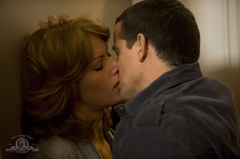 Everett (Justin Louis) bacia Emily (Ona Grauer) nell'episodio Earth di Stargate Universe