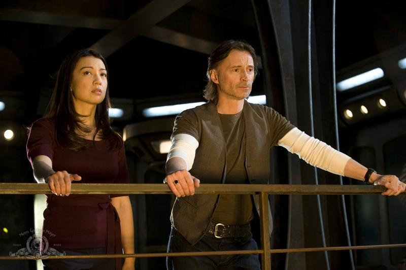 Il Dott. Rush (Robert Carlyle) e Camille Wray (Ming-Na) nell'episodio Earth di Stargate Universe
