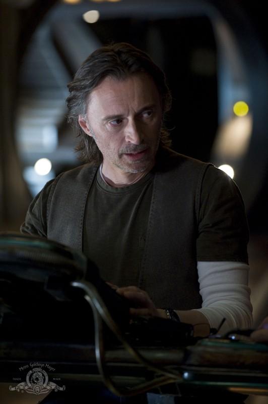 Il Dott. Rush (Robert Carlyle) nell'episodio Earth di Stargate Universe