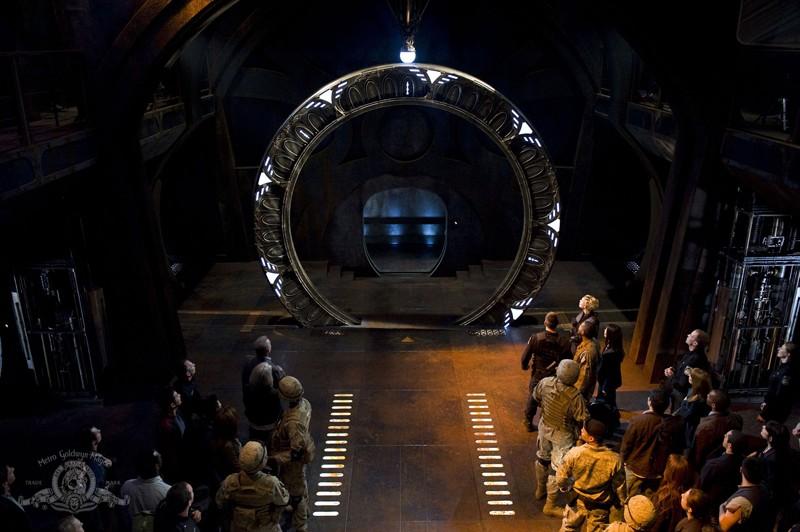 L'equipaggio osserva lo Stargate nell'episodio Earth della serie Stargate Universe