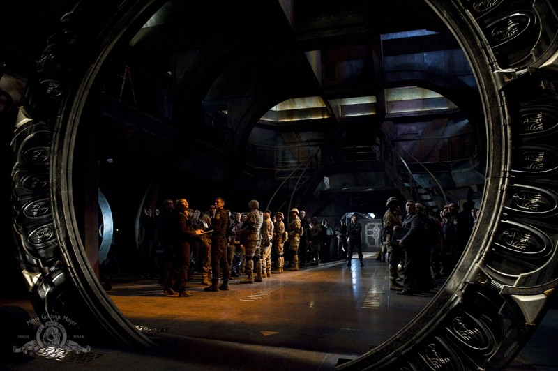 L'equipaggio visto attraverso lo Stargate nell'episodio Earth della serie Stargate Universe