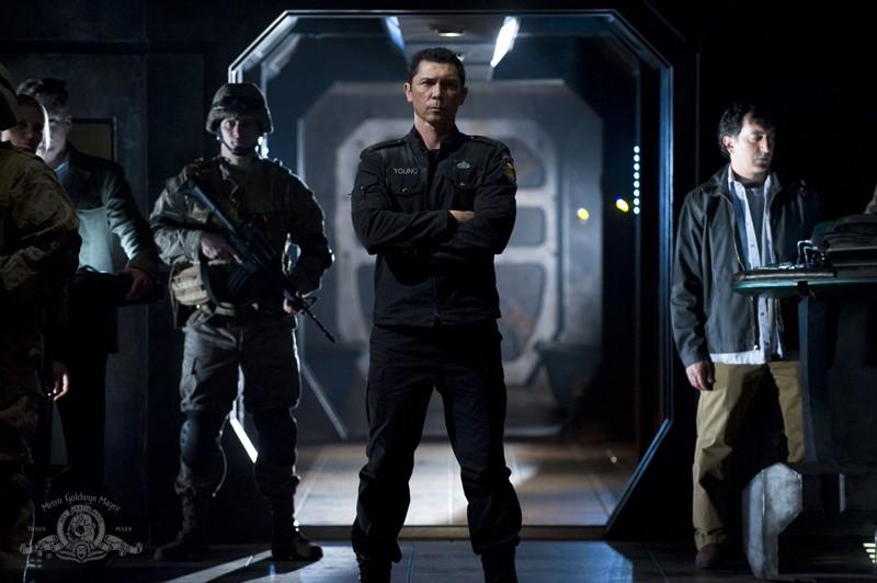 Lou Diamond Phillips e parte dell'equipaggio in una scena dell'episodio Earth di Stargate Universe